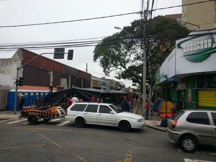A Rua Dr Faivre esquina com Visconde de Guarapuava está bloqueada pelos manifestantes. Foto Fábio Buchmann / CBN Curitiba