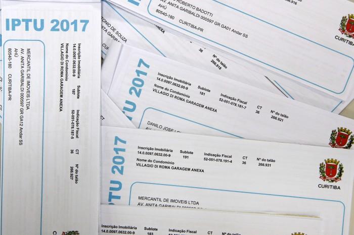 Carnês do IPTU 2017 começam a ser distribuídos. Desconto vai até 10 de fevereiro. Curitiba, 06/01/2017 Foto:Cesar Brustolin/SMCS